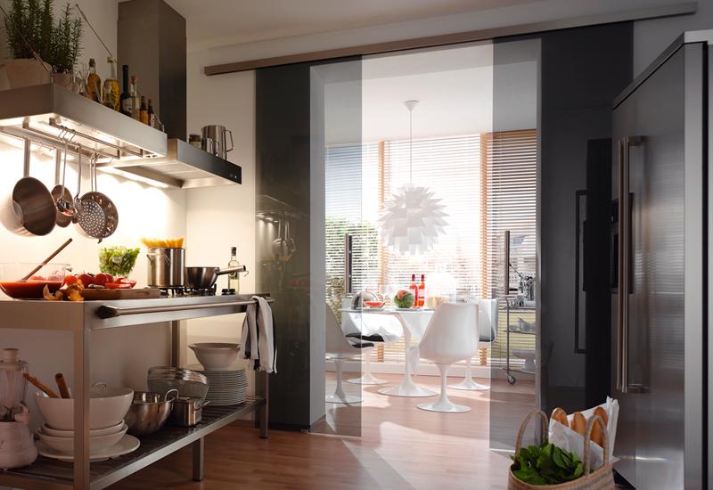 Kuche und wohnen glasturen reli glastechnologie for Glastür küche